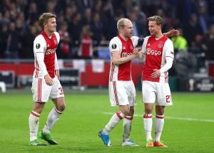 Les Néerlandais félicitant Viergever après sa réduction du score pour